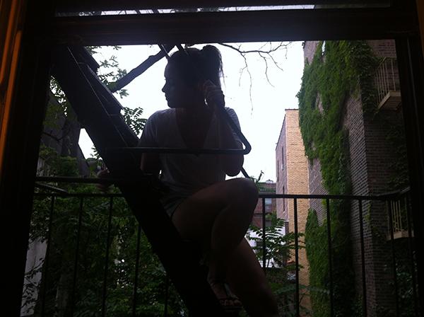 """eu e a melancolia da escada de incêndio da """"minha"""" janela"""